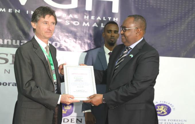 the Puntland president presents a cerificate to UNFPA Somalia Representative
