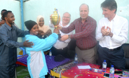 UNFPA Regional Director for the Arab States, Dr. Luay Shabaneh presents a trophy to the winning team